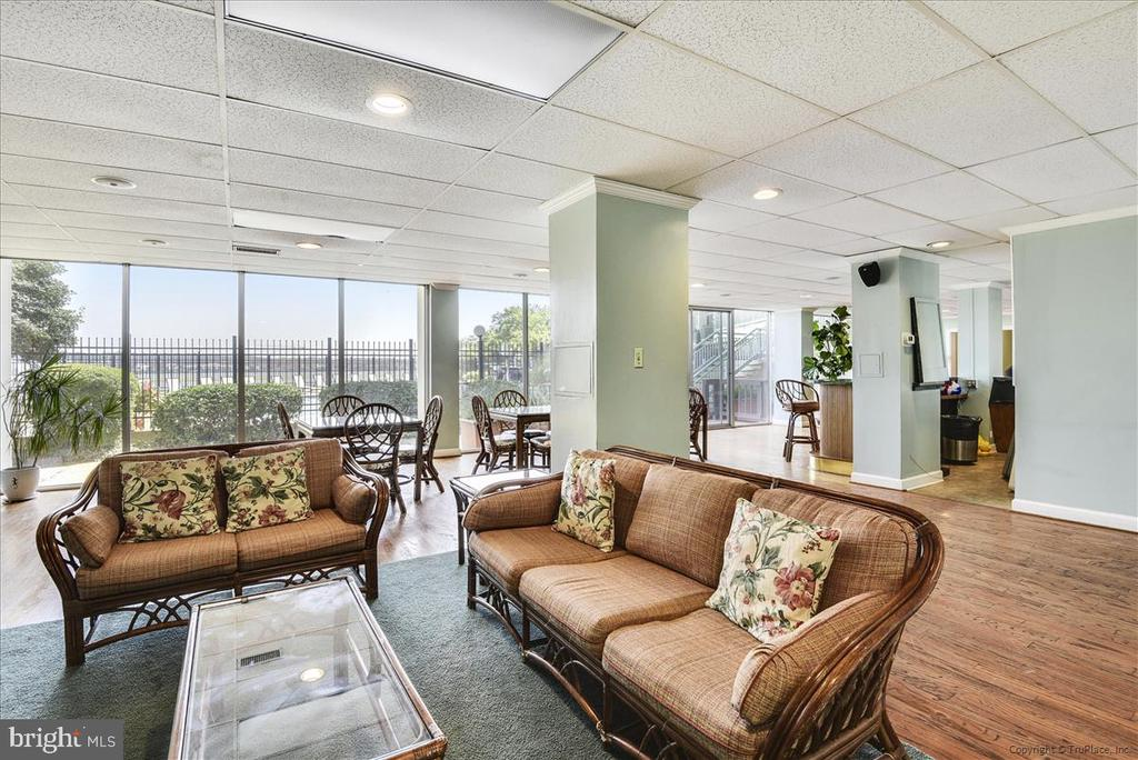 Large party room with river views - 501 SLATERS LN #703, ALEXANDRIA