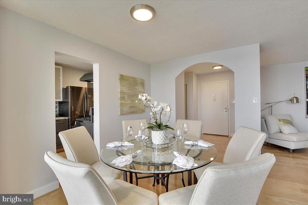 Nice size dining room, elegant, water views - 501 SLATERS LN #703, ALEXANDRIA