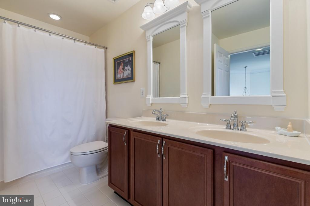 Full Bathroom on the Upper Level - 19912 MIZNER TER, ASHBURN