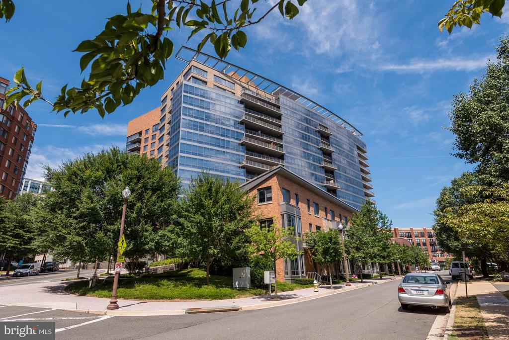 The Odyssey is a modern luxury high-rise building. - 2001 15TH ST N #1004, ARLINGTON