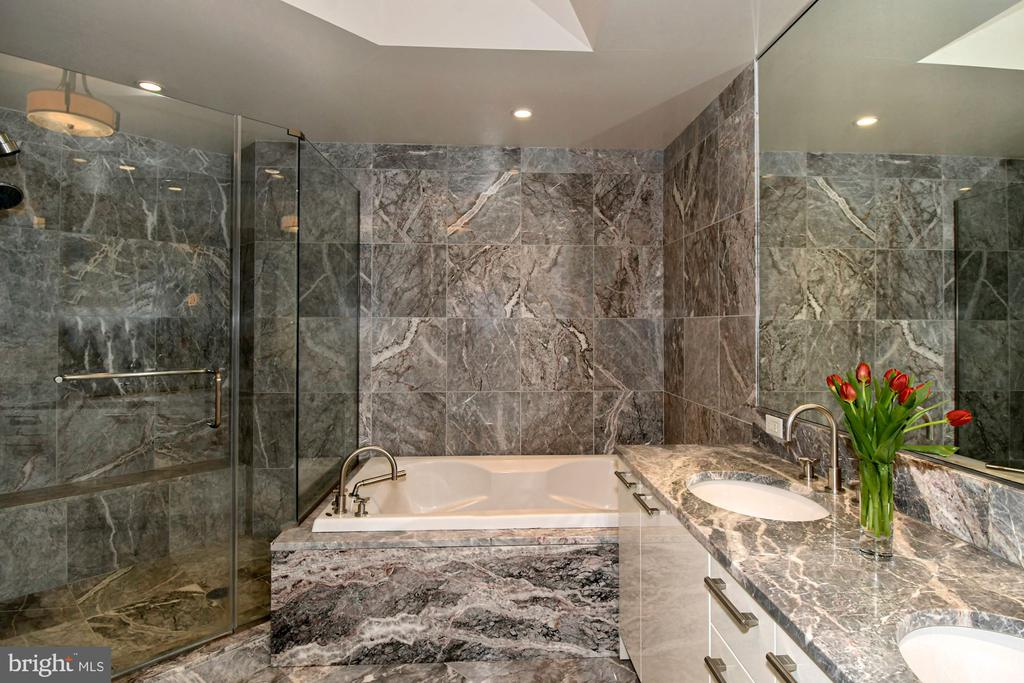 Marble Master Bath with spa tub - 1881 N NASH ST #804, ARLINGTON