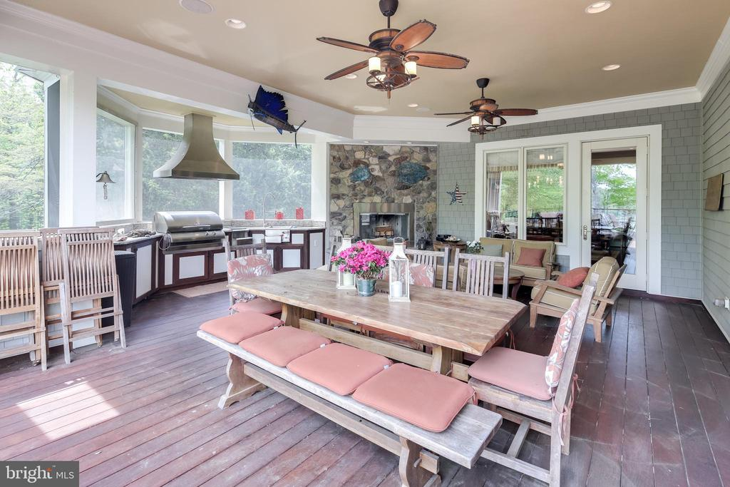 Amazing outdoor entertainment areas - 809 HOMESTEAD LN, CROWNSVILLE