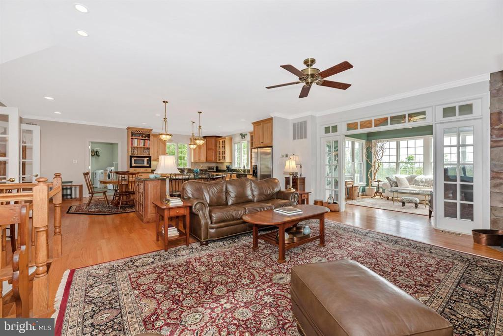 family room and kitchen open space - 6950 BURKITTSVILLE RD, MIDDLETOWN