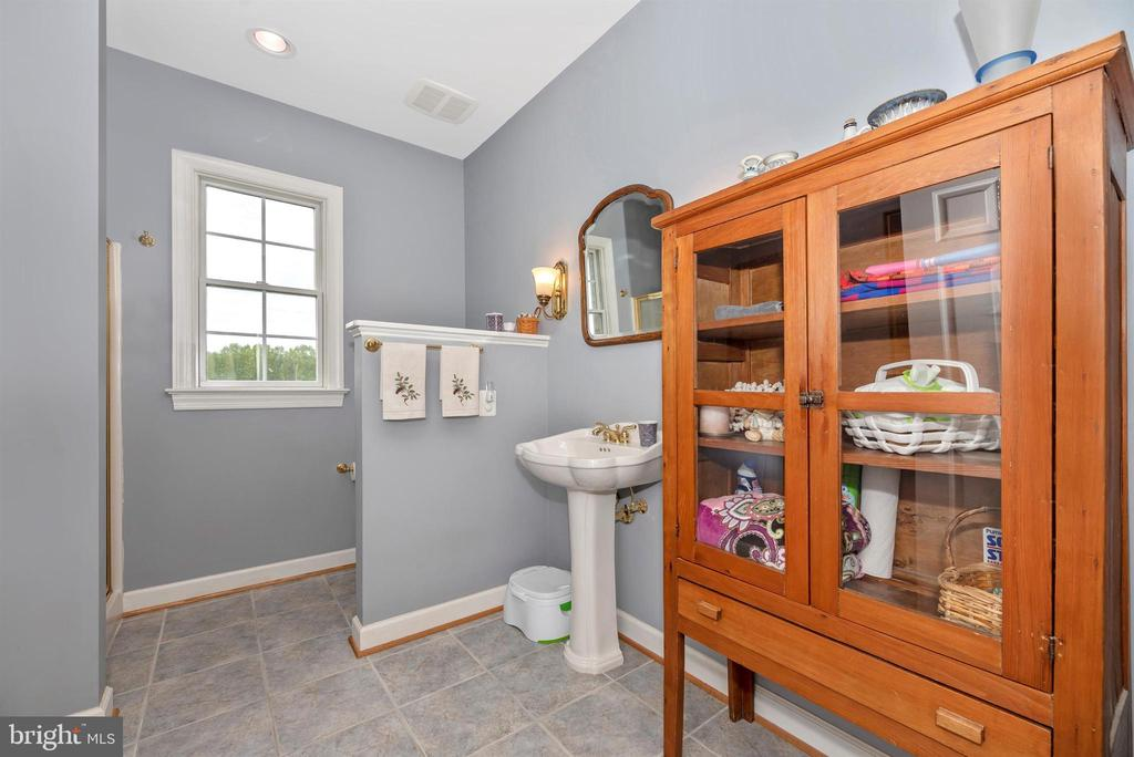 man level bath - 6950 BURKITTSVILLE RD, MIDDLETOWN
