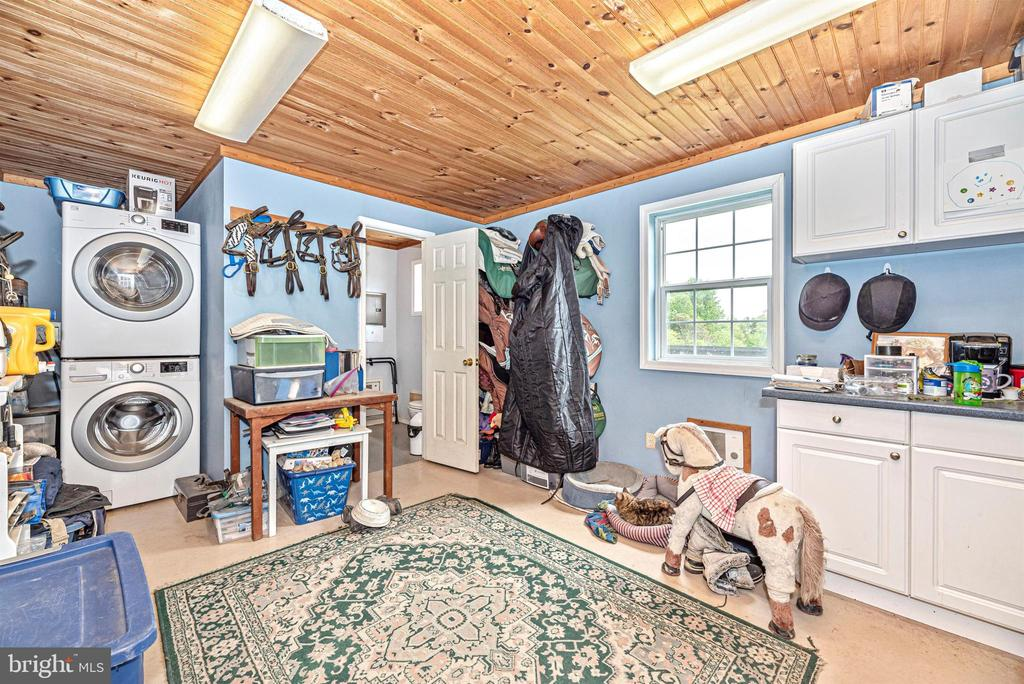tack room with bathroom and full size washer/dryer - 6950 BURKITTSVILLE RD, MIDDLETOWN