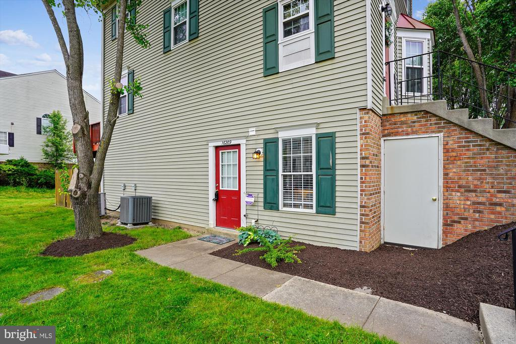 Convenient access with an attached storage shed - 16209 TACONIC CIR, DUMFRIES