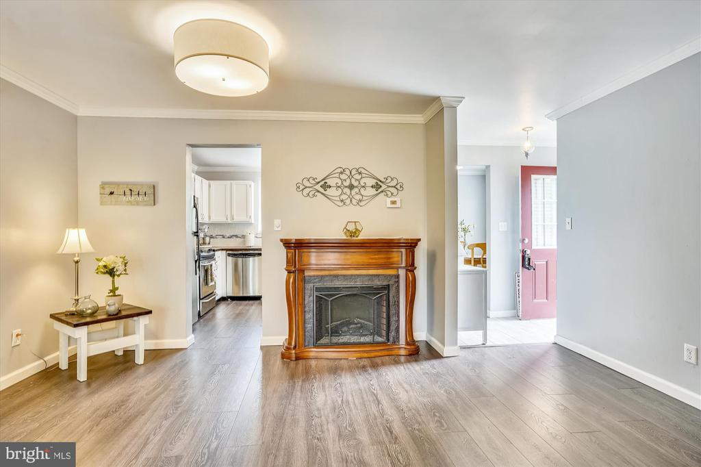 Living room flows into the kitchen and the foyer - 16209 TACONIC CIR, DUMFRIES