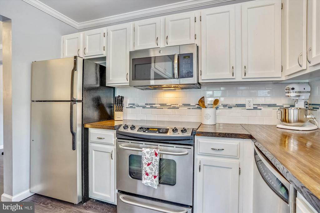 Beautiful tile backsplash and high end finishes - 16209 TACONIC CIR, DUMFRIES