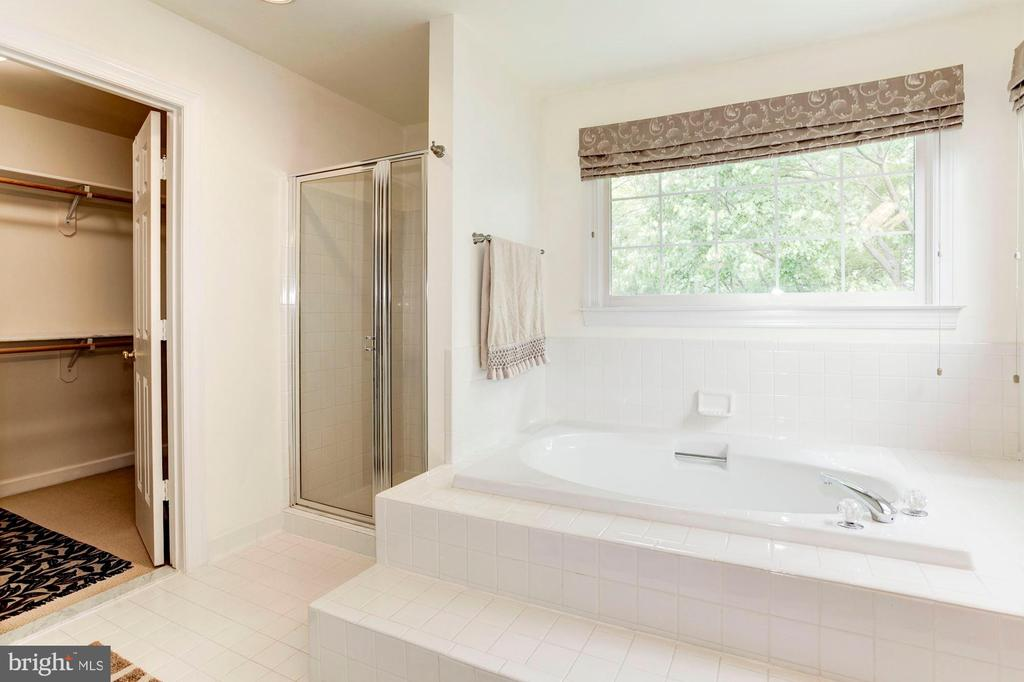 Master Bath (soaking tub, shower & large closet) - 7104 DUDROW CT, SPRINGFIELD