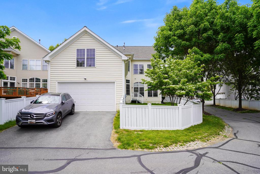 Attached two-car garage with parking pad - 206 WATKINS CIR, ROCKVILLE