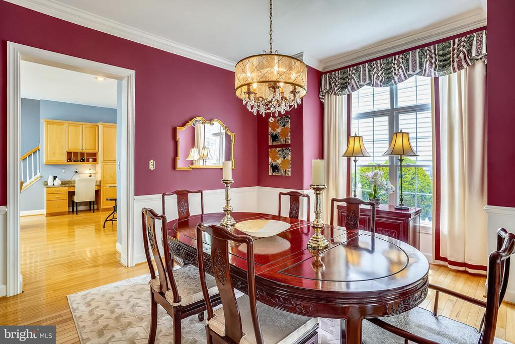 Dining room with box window bump out - 206 WATKINS CIR, ROCKVILLE