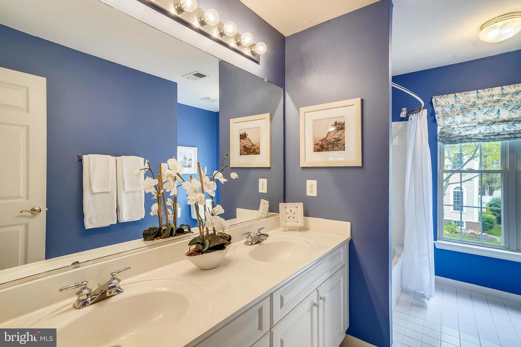 Upper level full hall bath #2 - 206 WATKINS CIR, ROCKVILLE
