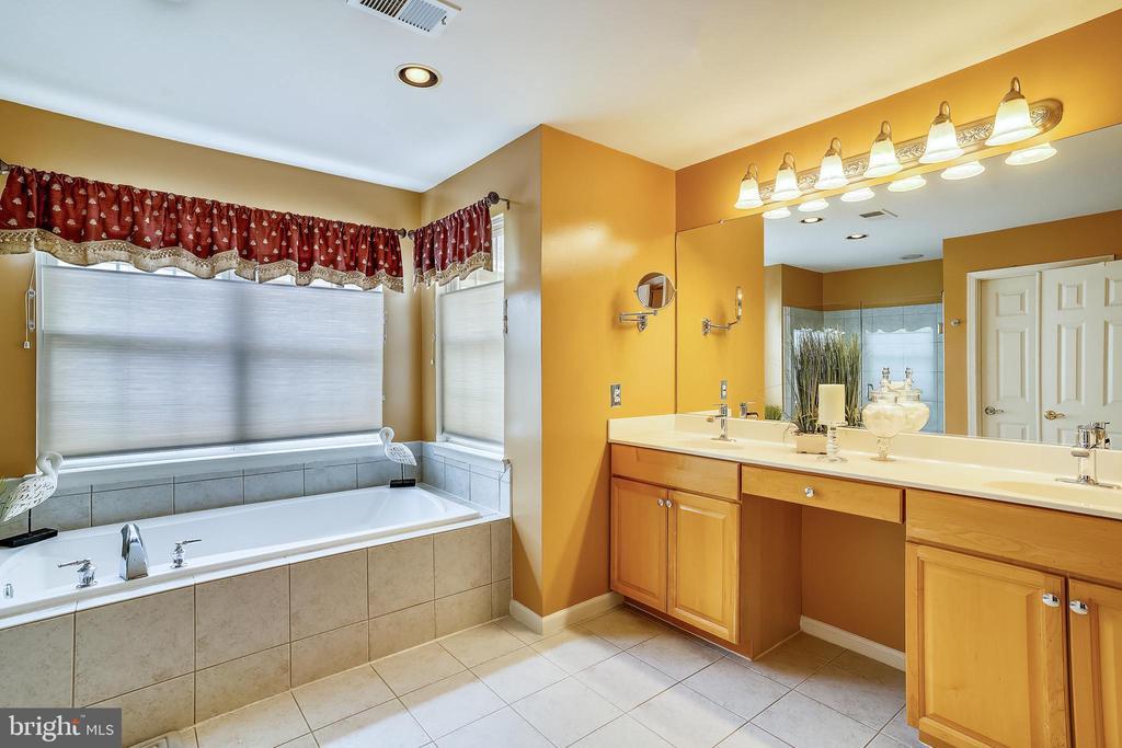 Master bath with dual vanities & soaking tub - 206 WATKINS CIR, ROCKVILLE