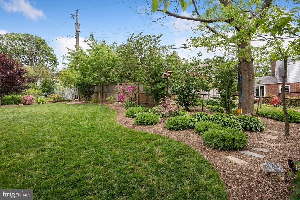Beautiful, low-maintenance landscaping - 5526 18TH ST N, ARLINGTON
