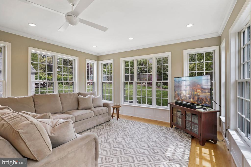 Wonderful Family Room - 5526 18TH ST N, ARLINGTON