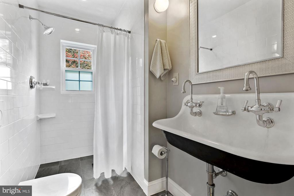 Amazing main level bathroom - 5526 18TH ST N, ARLINGTON
