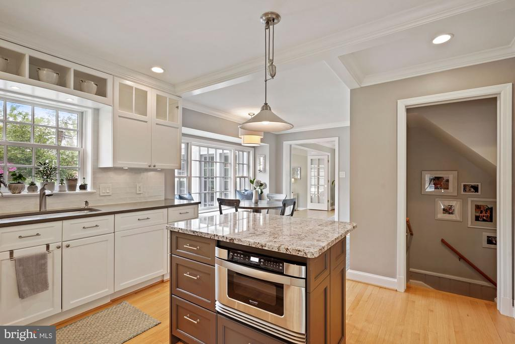 Kitchen opens to breakfast room - 5526 18TH ST N, ARLINGTON