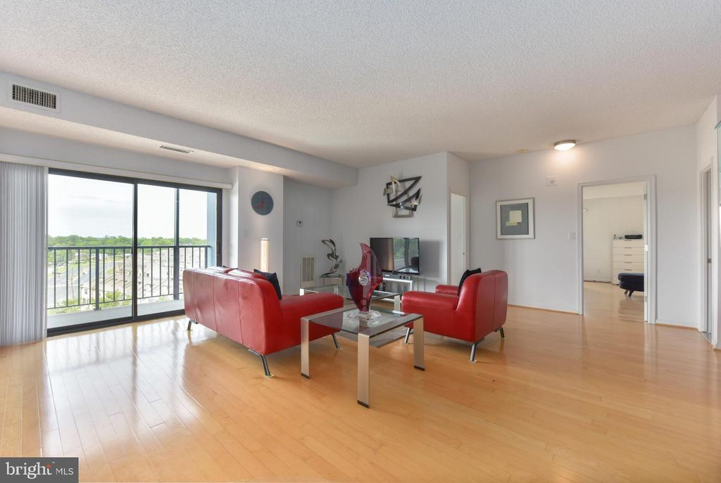 Expansive Living Room w Sliding Doors.... - 3800 POWELL LN #PH 30, FALLS CHURCH