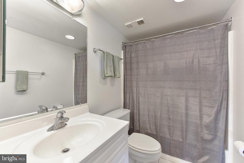 Full Second Bathroom - 3800 POWELL LN #PH 30, FALLS CHURCH