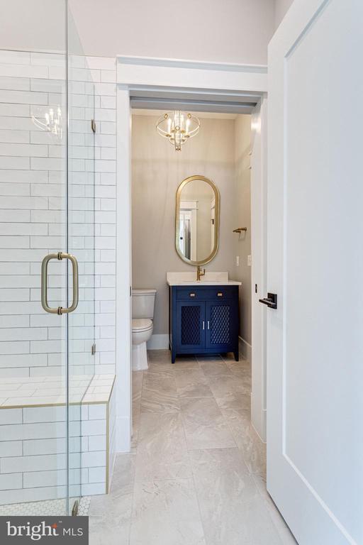 Main Level Full Bathroom - 223 BATTLE ST SW, VIENNA