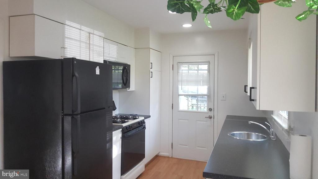 Kitchen with plenty of natural light - 6216 STONEHAM RD, BETHESDA