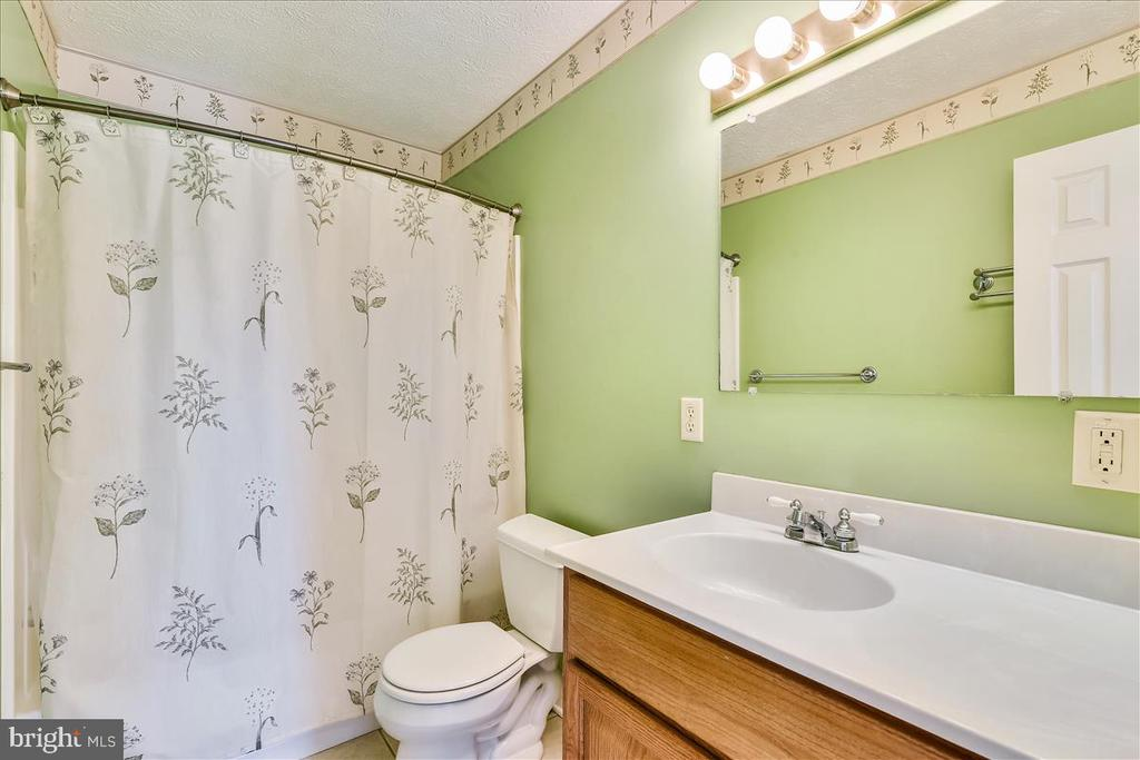 Bath shared by bedrooms 3 and 4 - 2040 SALEM CHURCH RD, STEPHENS CITY