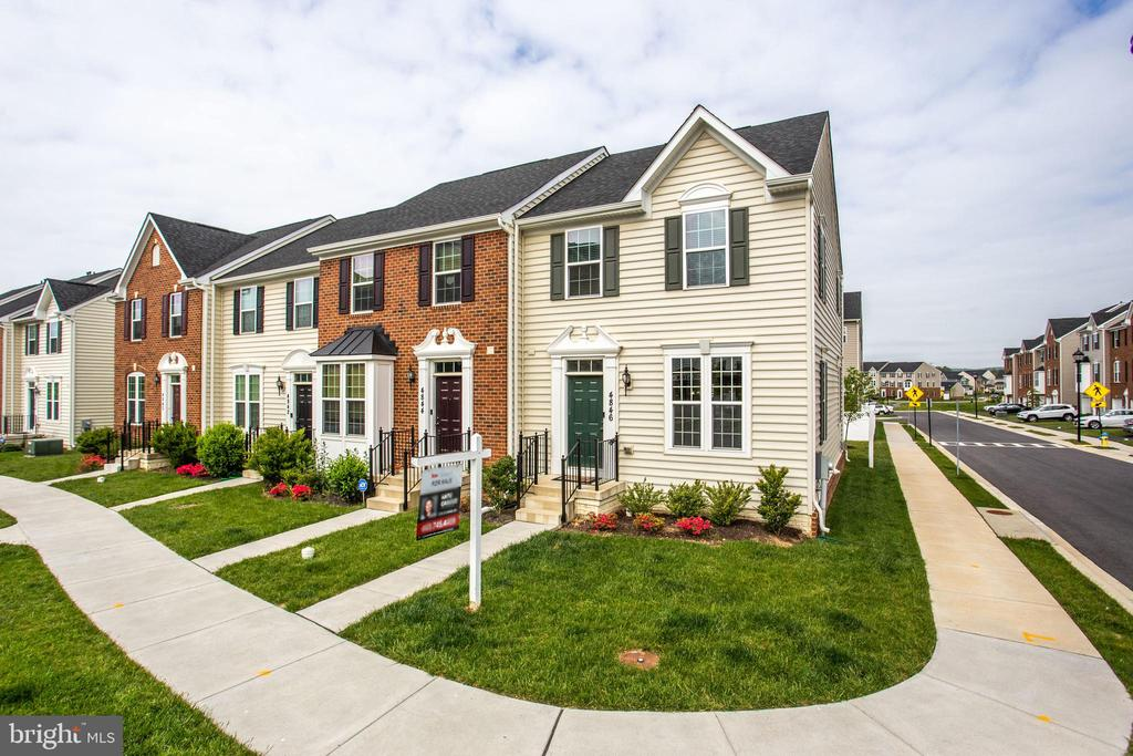 Beautiful end-unit townhome! - 4846 HITESHOW DR, FREDERICK