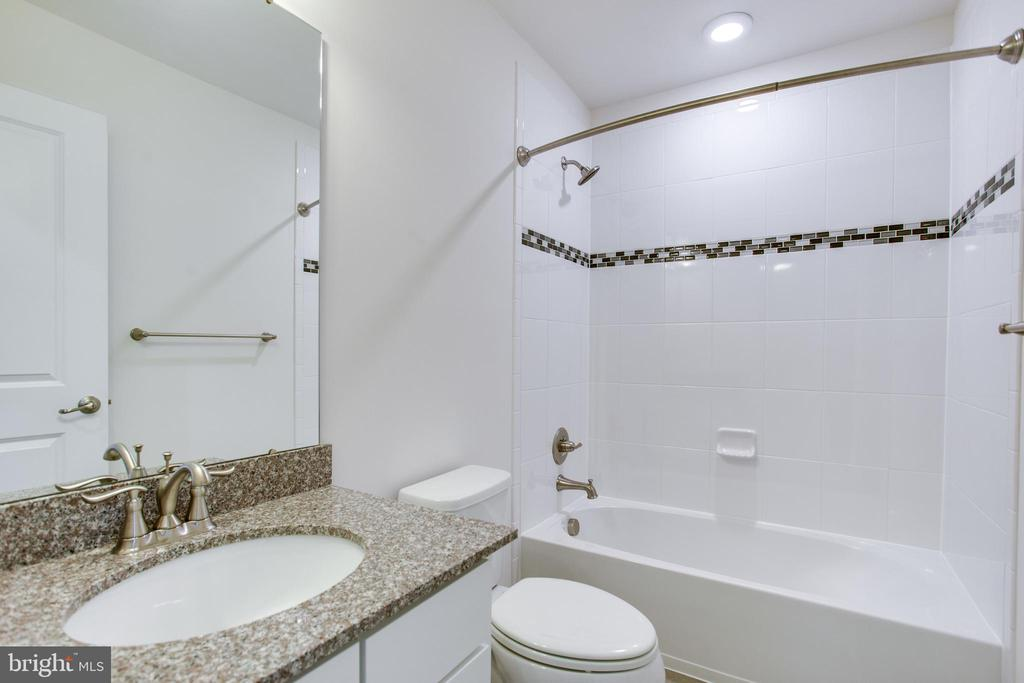 Upp level full bath w/upgrd granite & accent tile - 4846 HITESHOW DR, FREDERICK