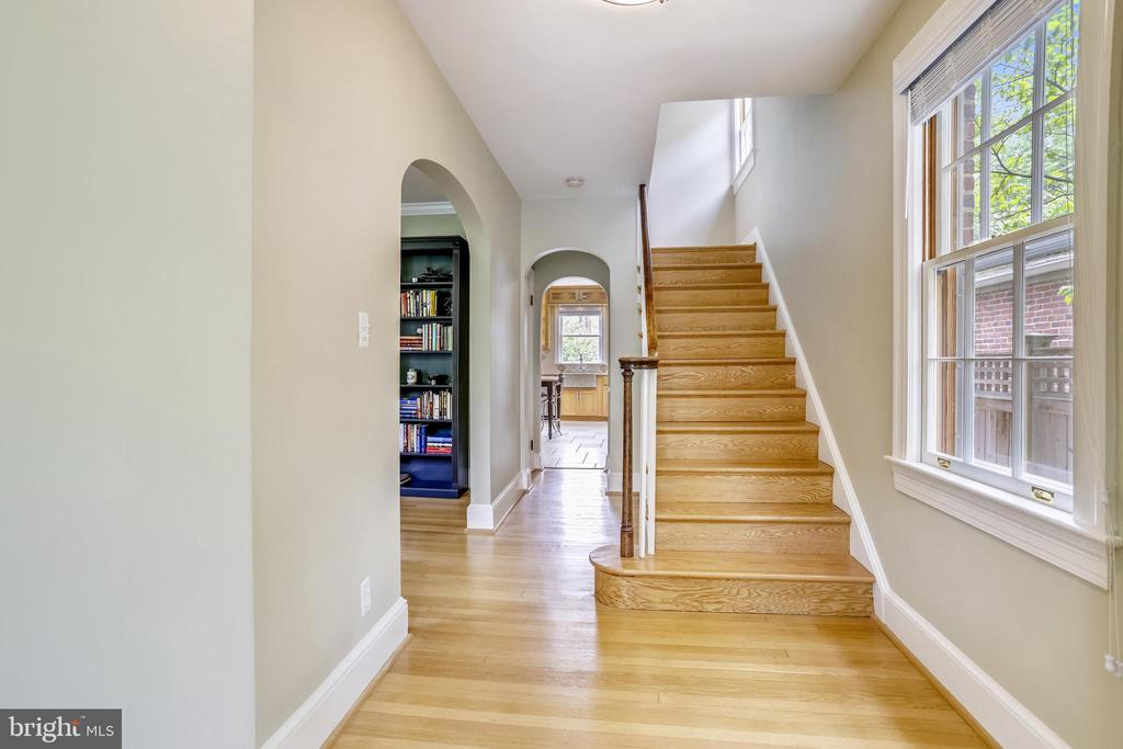 Inviting foyer (also provides powder room privacy) - 4924 BUTTERWORTH PL NW, WASHINGTON