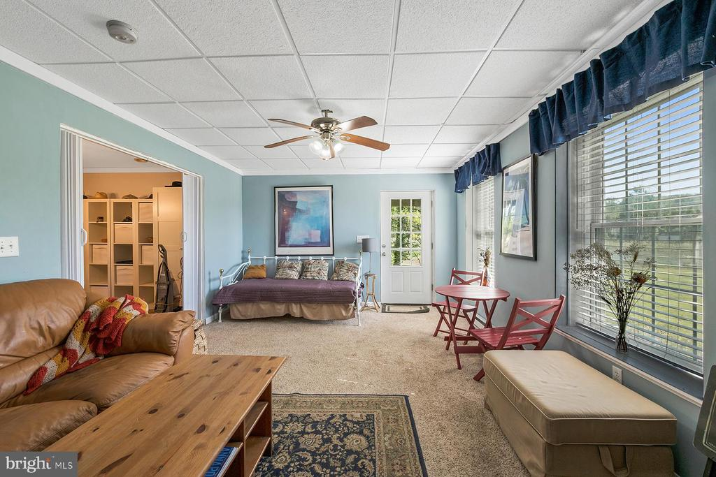Family room opens to a water view porch - 1218 WASHINGTON DR, ANNAPOLIS