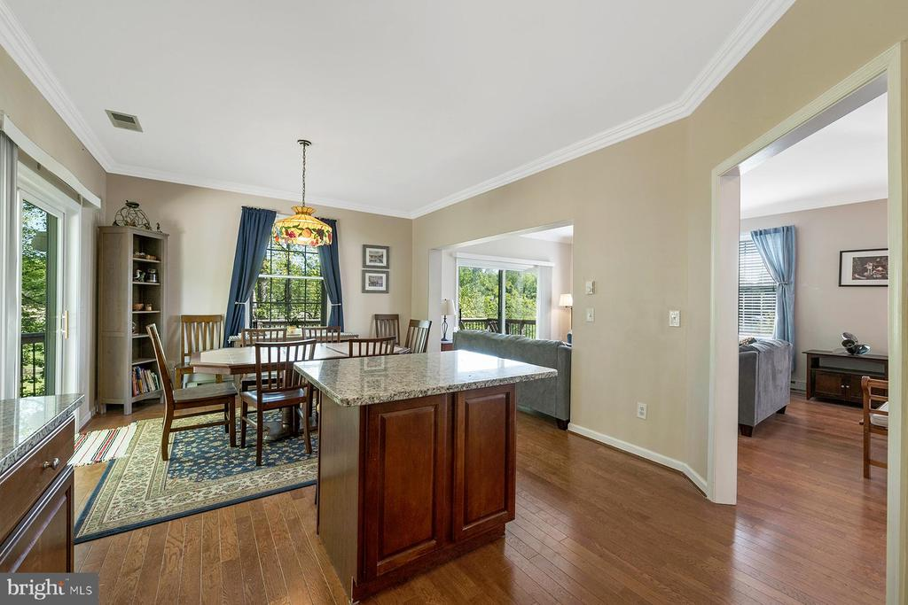 Center island for casual dining or food prep - 1218 WASHINGTON DR, ANNAPOLIS