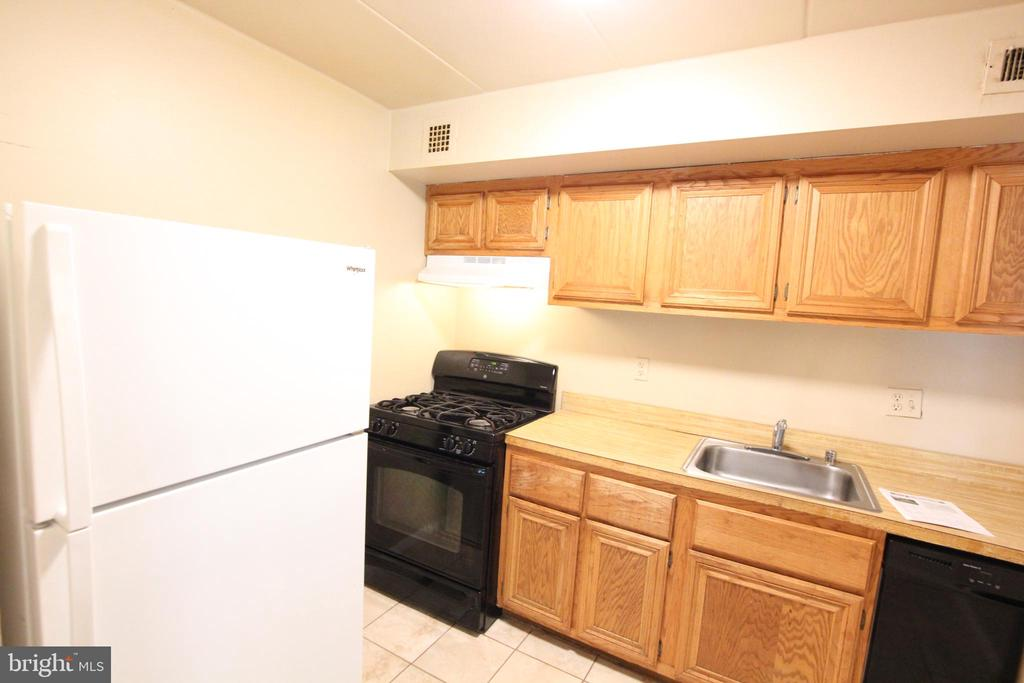 Gas cooking, Hot/Cold water included in condo fee - 2616 FORT FARNSWORTH RD #242, ALEXANDRIA