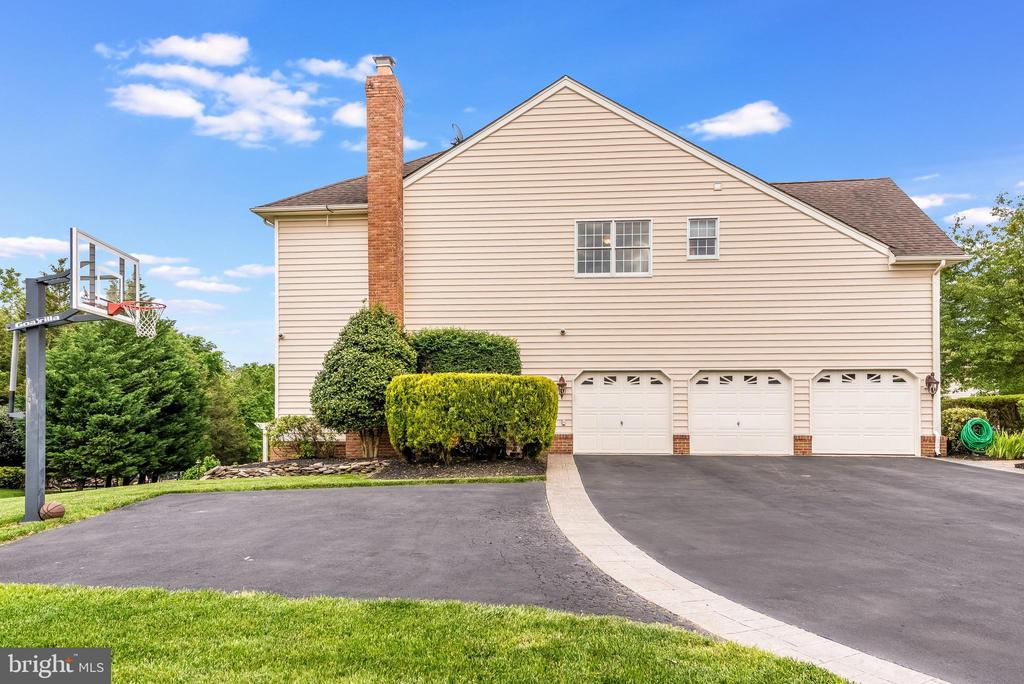 expanded driveway with basketball court - 15609 RYDER CUP DR, HAYMARKET