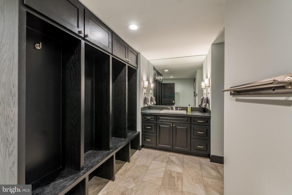 Locker area in lower level bath - 15609 RYDER CUP DR, HAYMARKET