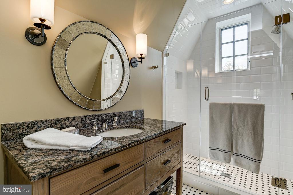 Third Floor Full Bathroom - 6409 KENNEDY DR, CHEVY CHASE