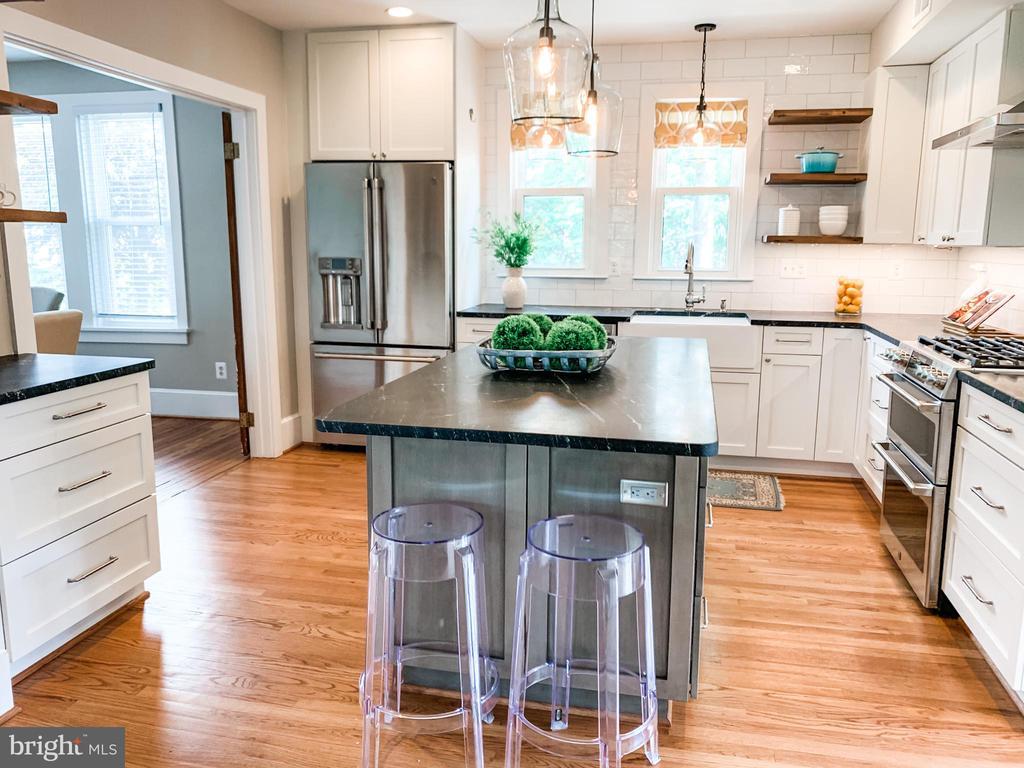 Beautiful gourmet kitchen - full of character - 900 N FREDERICK ST, ARLINGTON