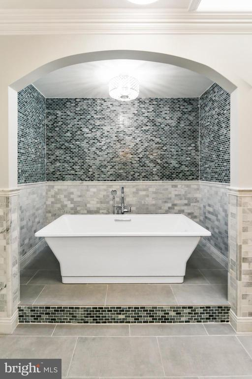 Luxurious over-sized soaking tub. - 2705 WOODLEY RD NW, WASHINGTON