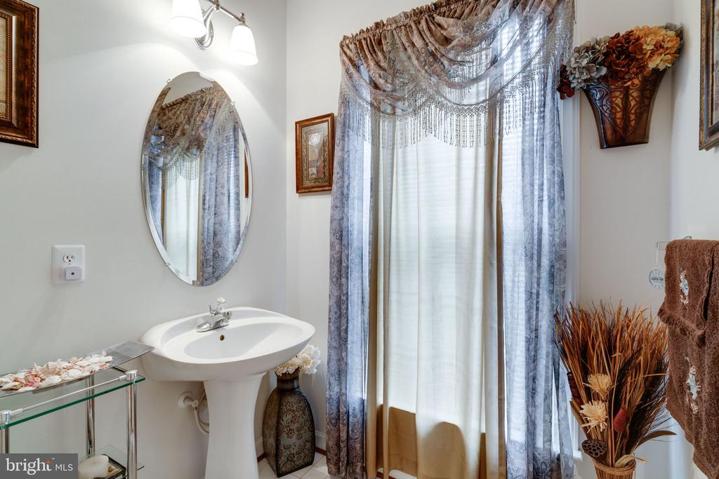 Elegant main floor powder room! - 15672 ALTOMARE TRACE WAY, WOODBRIDGE
