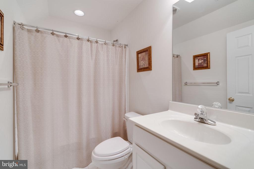 Private bathroom on the 4th floor - 15672 ALTOMARE TRACE WAY, WOODBRIDGE