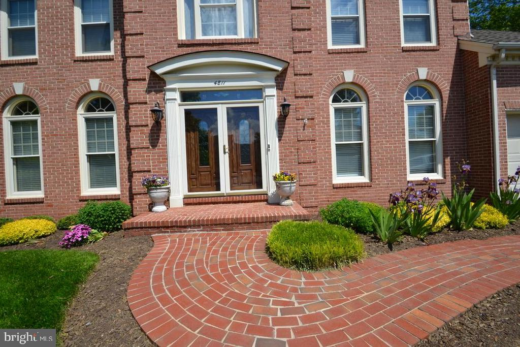 Welcoming pathway home - 4811 WALNEY KNOLL CT, CHANTILLY