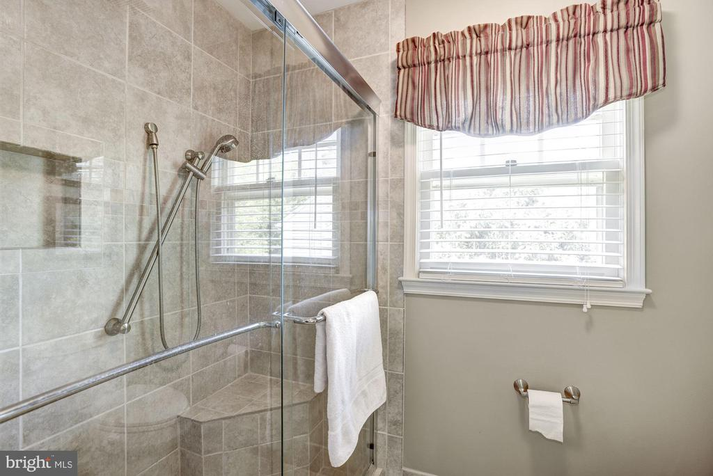 Upper Level Second Bath, large shower - 4811 WALNEY KNOLL CT, CHANTILLY