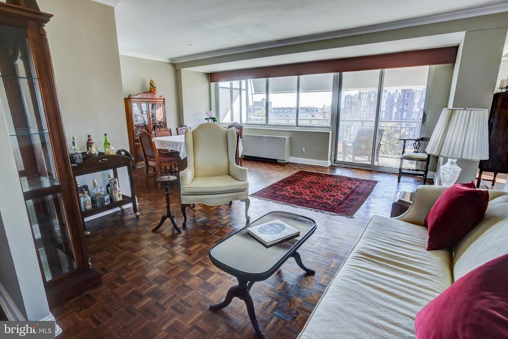 Living room / diningroom w/wall of windows - 3900 NW WATSON PL NW #A-7C, WASHINGTON
