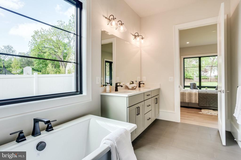 Main Level Master Bath - 711 FREDERICK ST SW, VIENNA