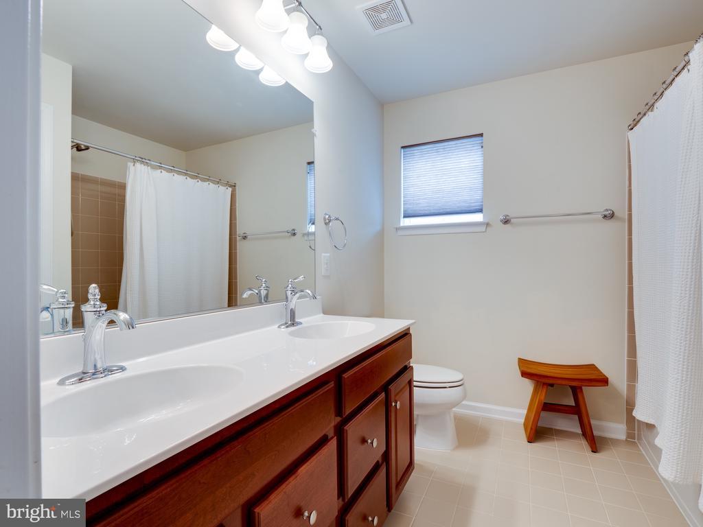 Upper Lvl hall bath dual sinks - 42610 CALLALILY WAY, BRAMBLETON