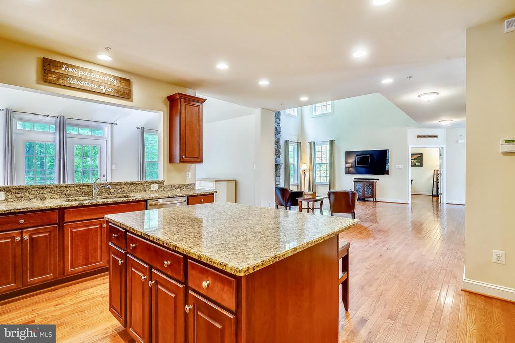 Kitchen with center island - 5262 MAITLAND TER, FREDERICK