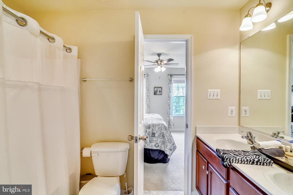 Full bath with ensuite to bedroom #3 + #4 - 5262 MAITLAND TER, FREDERICK