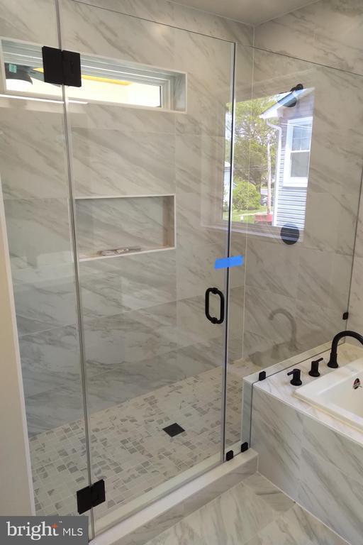 Master Bathroom With 7 x 4 shower and soaking Tub - 2118 N CAMERON ST, ARLINGTON