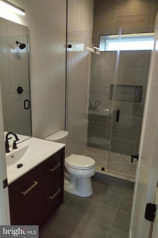1st Floor Full Bathroom - 2118 N CAMERON ST, ARLINGTON