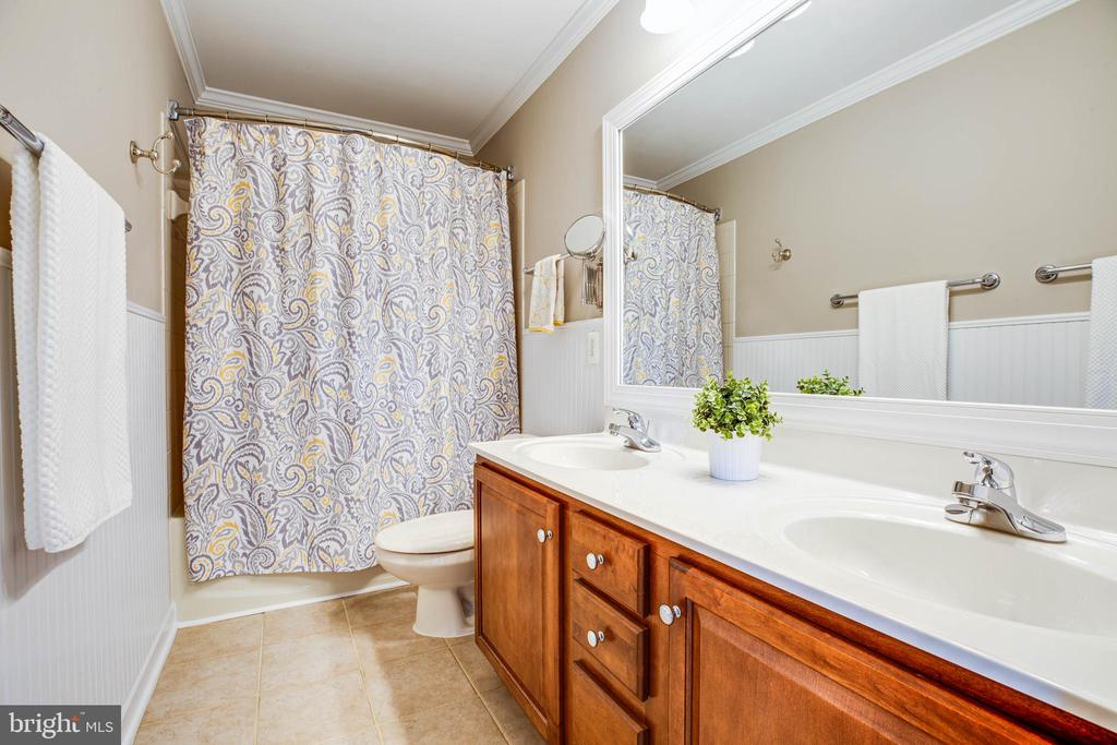 Upper lvl hall bath with double vanities. - 3 MOUNT ARARAT LN, STAFFORD
