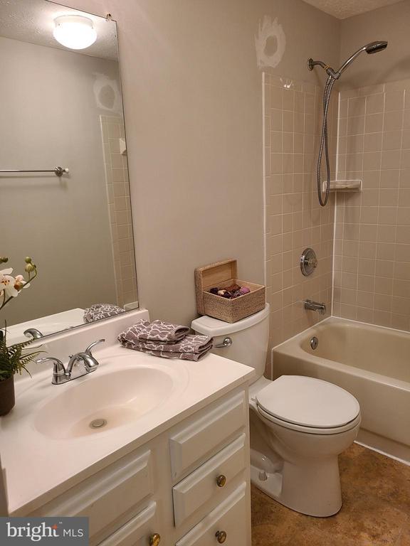 Upstairs full bath - 43955 CHOPTANK TER, ASHBURN